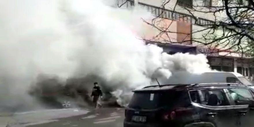 Gaz pedalı takılı kalan araç ortalığı birbirine kattı