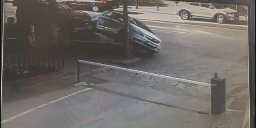 Otomobil askıda kaldı