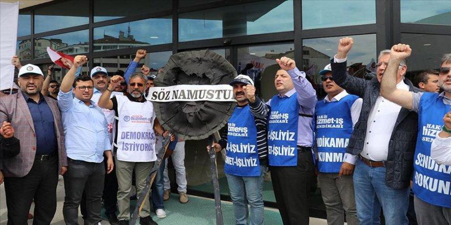 İşçiler, Bolu Belediyesi önüne siyah çelenk bıraktı