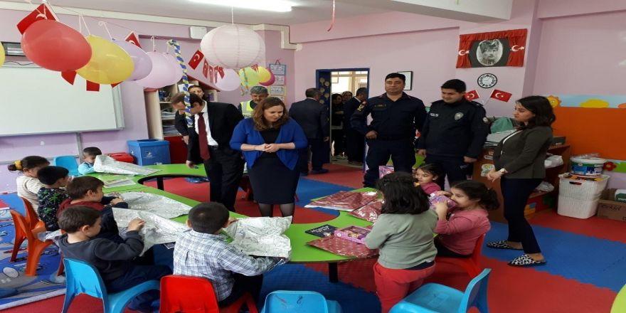 Polis Çocuklara Oyuncak Dağıttı