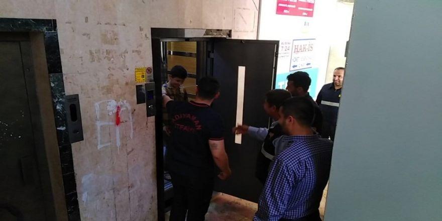 Asansörde Mahsur Kalan Çocuğu İtfaiye Kurtardı