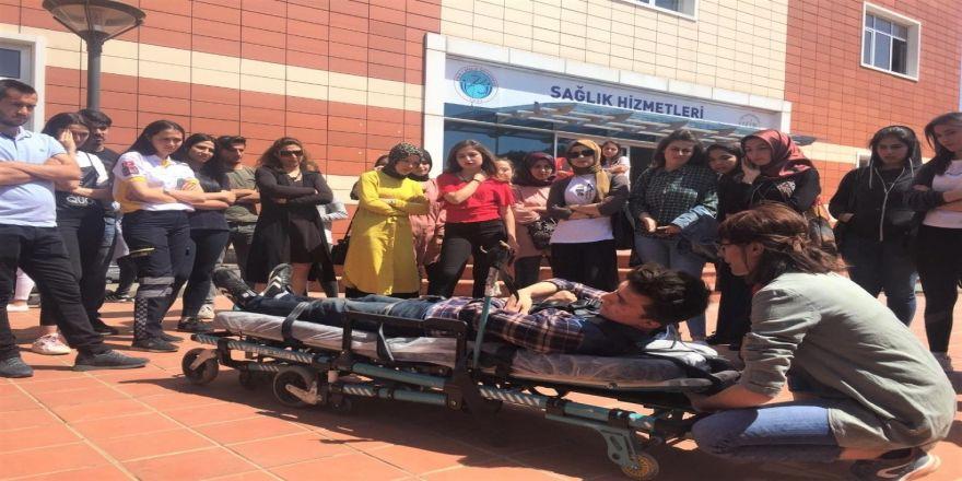 Öğrencilere ilk ve acil yardım ambulans ekipman eğitimi