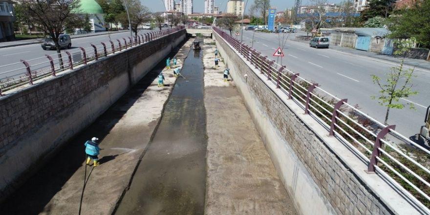 Kocasinan Belediyesi İlçe Genelindeki Kanalları Temizleyerek İlaçlıyor