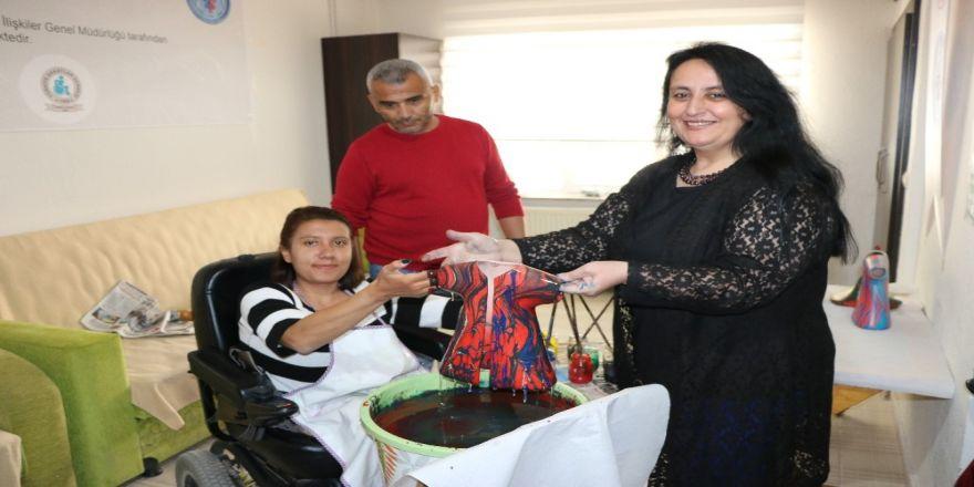 Engelli Kursiyerler Ebru Sanatı Yaparak Vakit Geçiriyor