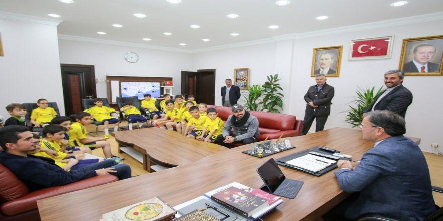 Erciyessporlu minikler, Özdoğan'ı ziyaret etti