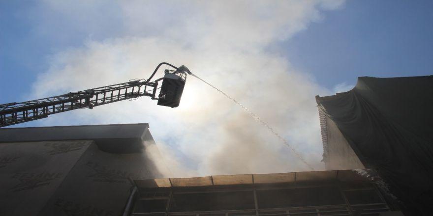 Klimadan çıkan yangında dumanlar gökyüzünü kapladı