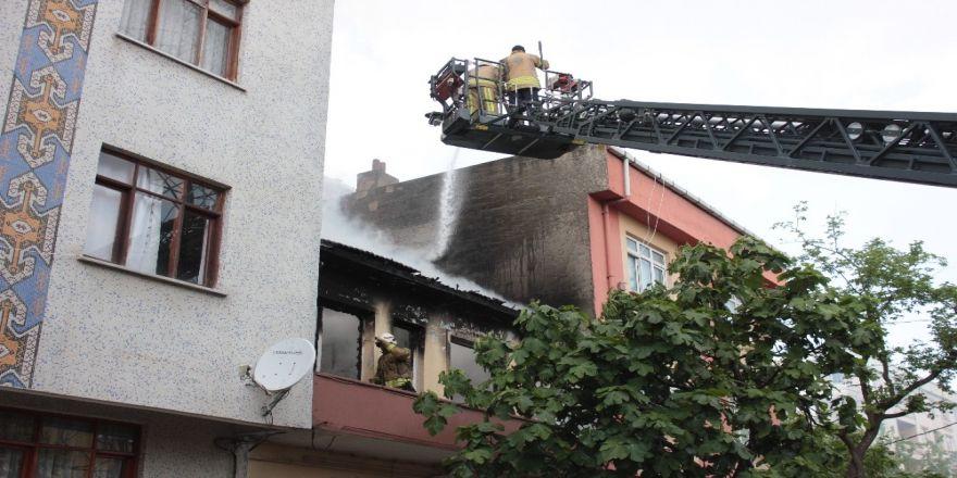 Yangında içeride mahsur kalan anne ve çocuklarını vatandaşlar kurtardı
