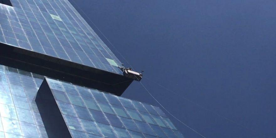 Yürekleri Ağza Getiren Olay: Plazaya Kiloluk Camı Böyle Çıkarttılar