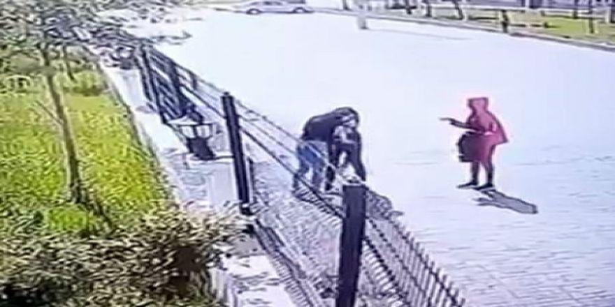 Biri Çantayı Tuttu Diğeri Sıkıştırdığı Kızı Darp Etti