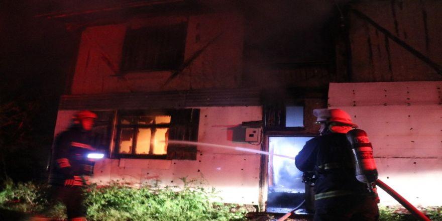 2 katlı ahşap ev yandı