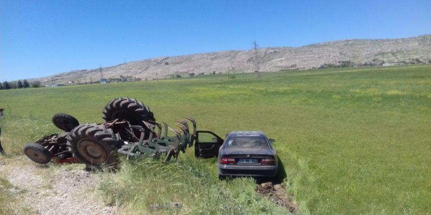 Diyarbakır'da Otomobil Traktöre Çarptı: 3 Yaralı