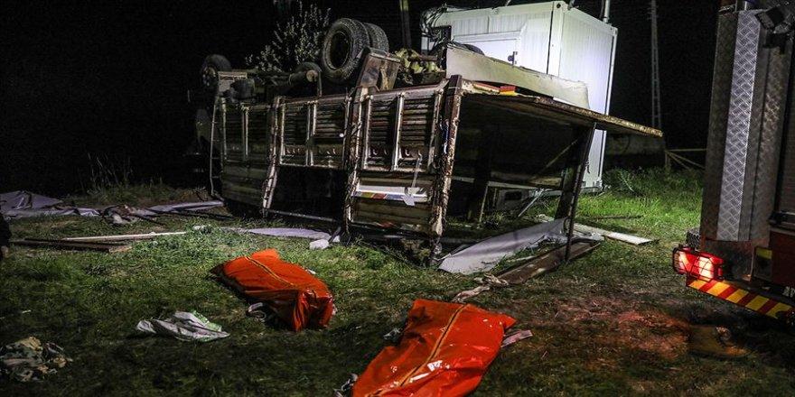 Göçmenleri taşıyan kamyon devrildi: 5 ölü, 37 yaralı