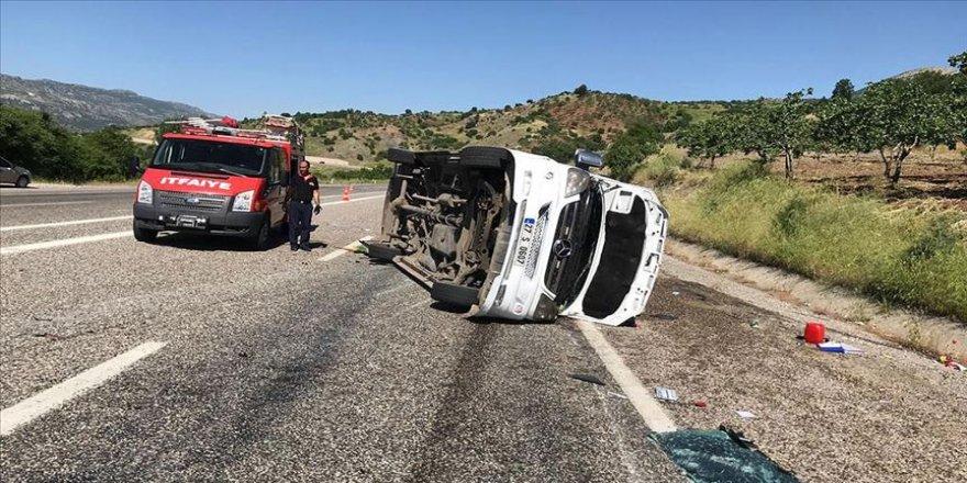 Sınava giden öğrencileri taşıyan minibüs kaza yaptı: 9 yaralı