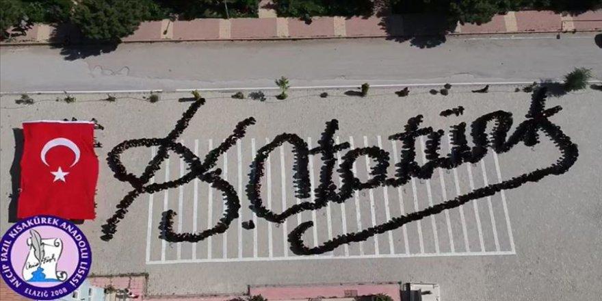 Öğrencilerden 'Atatürk'ün imzası kareografisi'