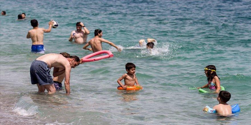 Antalya'da sıcaktan bunalanlar denizde serinledi