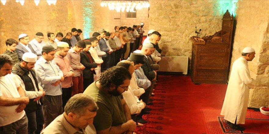 Tarihi camide hatimle namaza saf tutuyorlar