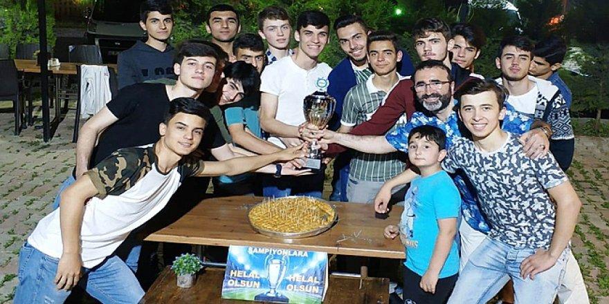 Çayırova Gençlerbirliği kupasına kavuştu.