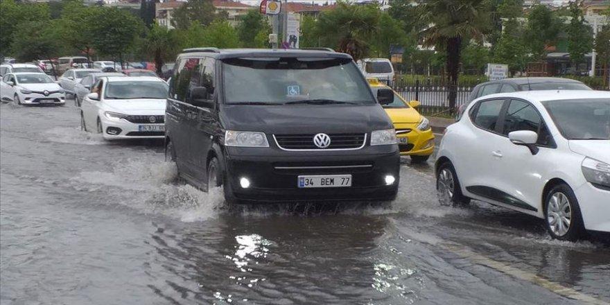 İstanbul'da sağanak yaşamı olumsuz etkiledi