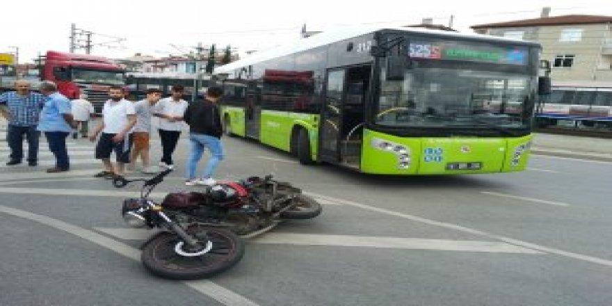 Otobüs ve motorsiklet çarpıştı: