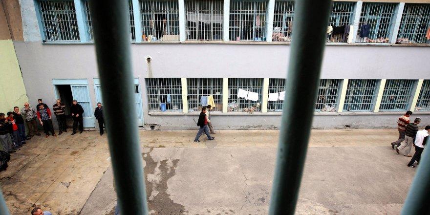 Cezaevinde kendini yakarak intihar etti