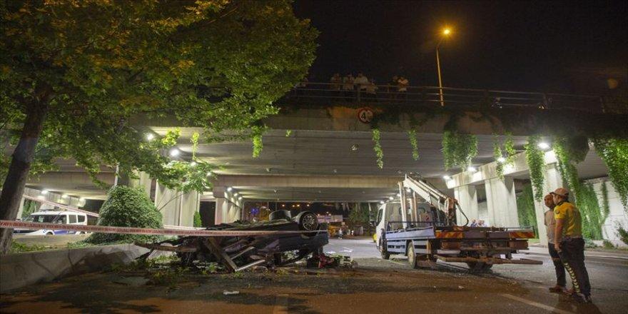 Otomobil köprüden düştü: 1 ölü, 2 yaralı