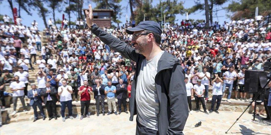 Bakan Kasapoğlu doğa kampında gençlerle buluştu