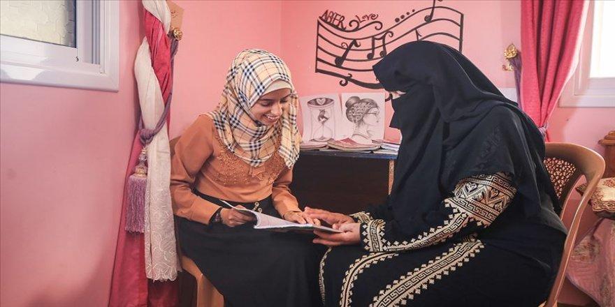 Gazzeli anne kızına destek için başladığı liseyi dereceyle bitirdi