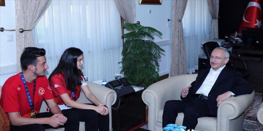 Kılıçdaroğlu, Avrupa şampiyonu kardeşleri kabul etti