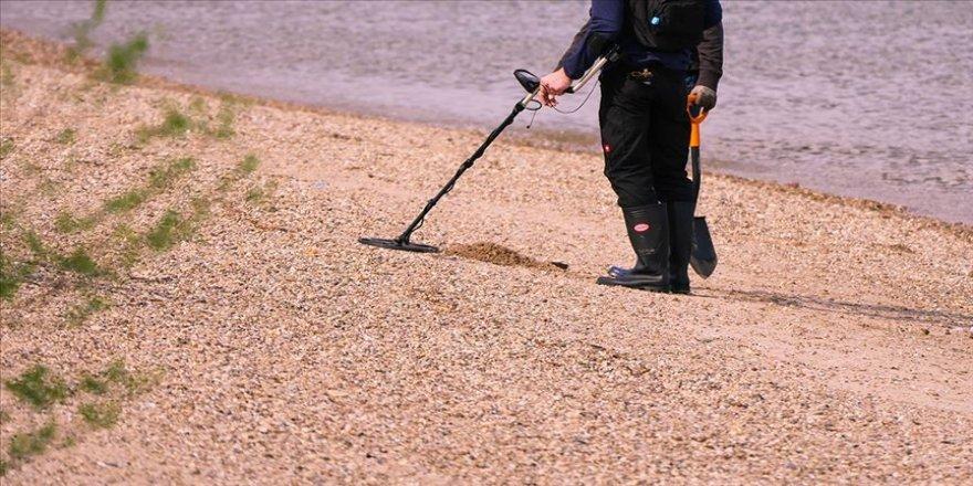 Dedektörle arazide 2 kilo ham altın buldu