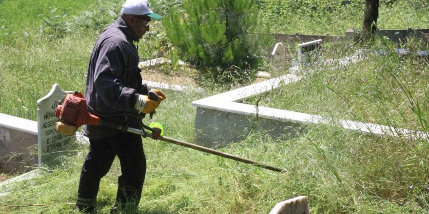 Mezarlıklara Kurban Bayramı temizliği