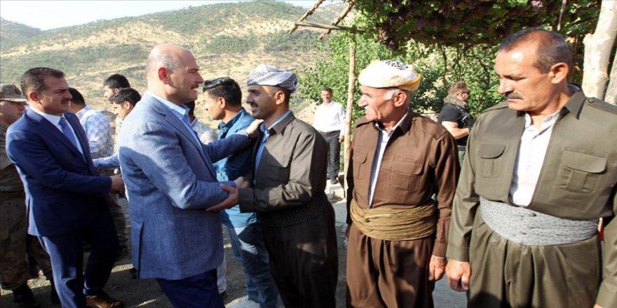 İçişleri Bakanı Soylu Hakkari Derecik'te vatandaşlarla bayramlaştı