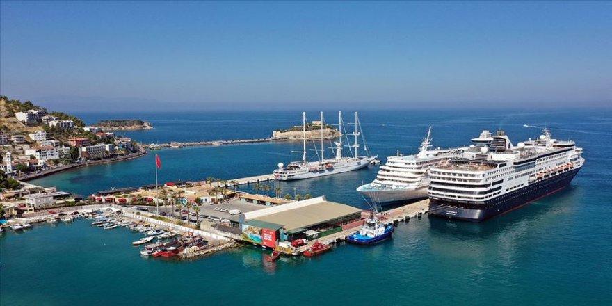 Kuşadası'na 3 gemiyle 2850 yolcu geldi