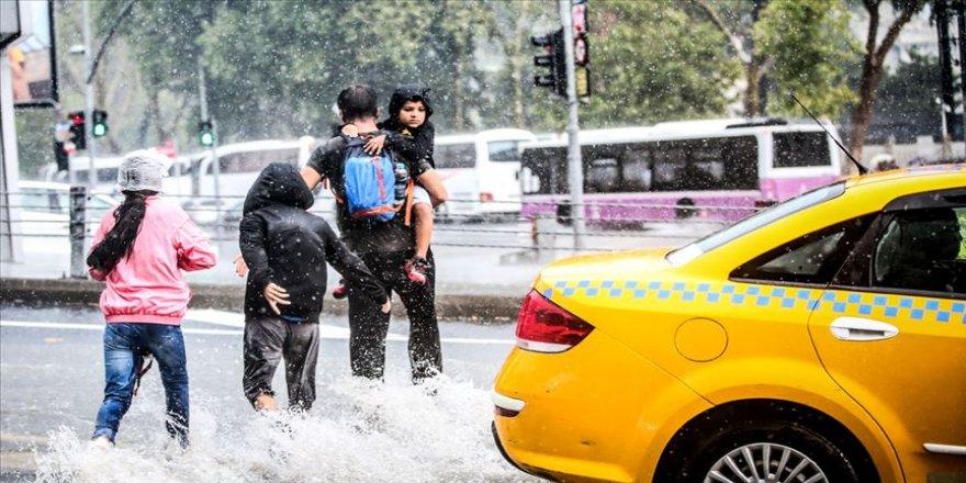 İstanbul'u 'çok hücreli fırtına' vurdu