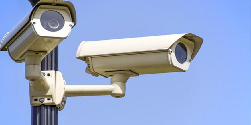 Okulun güvenlik kamerasını çaldılar