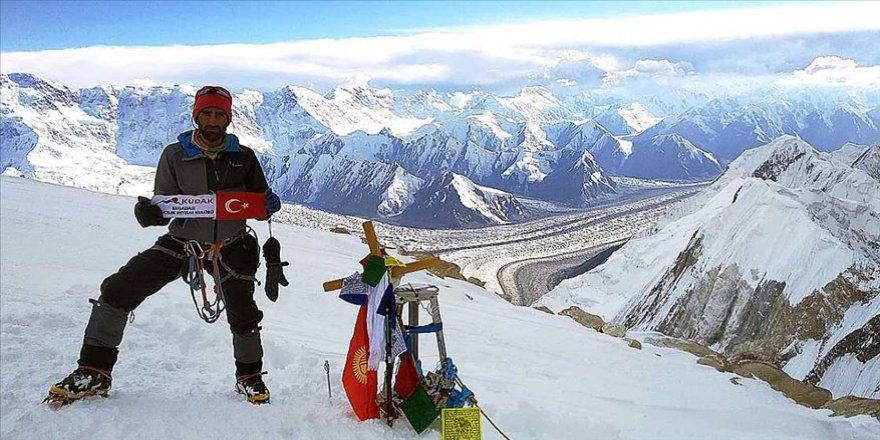 Bisikletle Bişkek'e vardı, Tanrı Dağları'ndaki buzula tırmandı