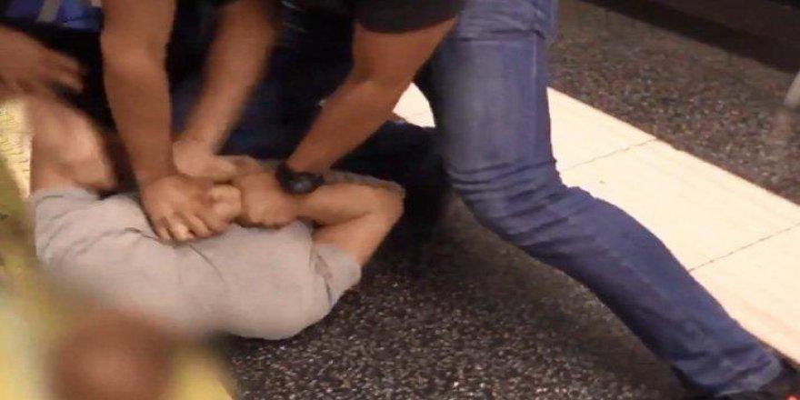 Metroda kadınların etek altı görüntülerini çeken sapığa suçüstü