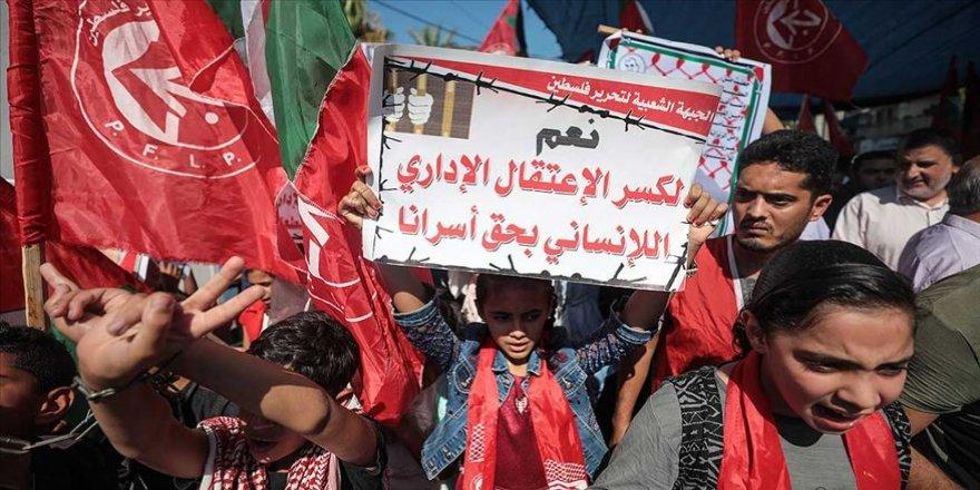 Gazze'de İsrail hapishanelerindeki Filistinli tutuklulara destek gösterisi