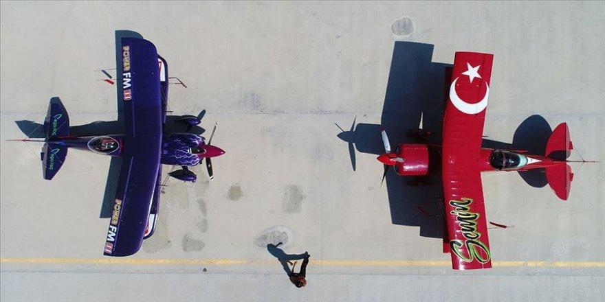 Akrobasi pilotu baba ile kızından 'Büyük Zafer' uçuşu
