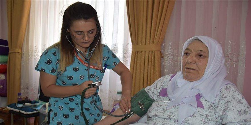 Hastaların duasını alarak gönüllerini kazanıyorlar