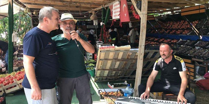 Bursalı manav müşterilerine 'canlı müzik' yapıyor