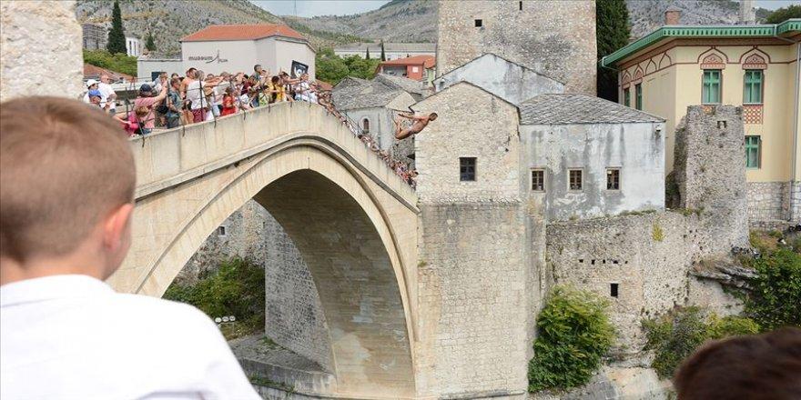 Srebrenitsa kurbanları için Mostar'da anma yürüyüşü