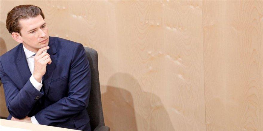 Avusturya'da eski Başbakan Kurz'un başörtüsü yasağı vaadine tepki
