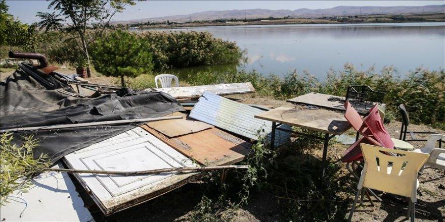 Mogan Gölü çevresindeki kaçak yapılar yıkıldı