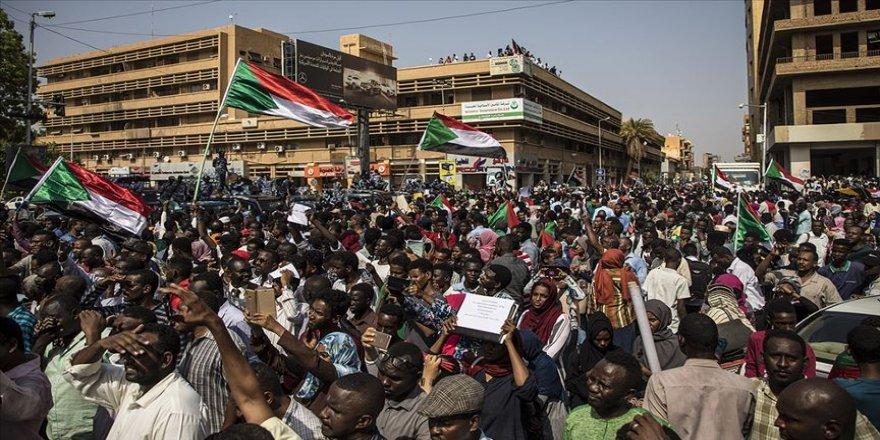 Sudan'da eski rejimin kamudan tamamen tasfiyesi talebiyle gösteri düzenlendi