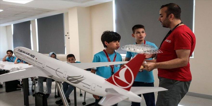 THY çocuklara simülatörle uçuş deneyimi yaşatıyor