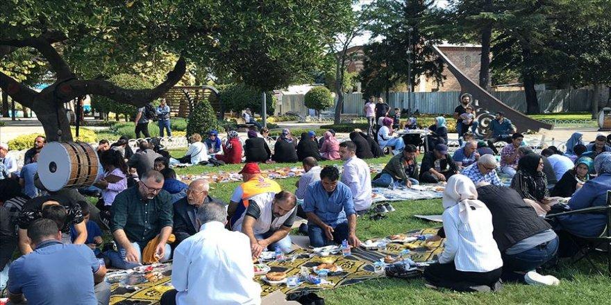 İBB'de işten çıkarılan işçiler vatandaşlarla bir araya geldi
