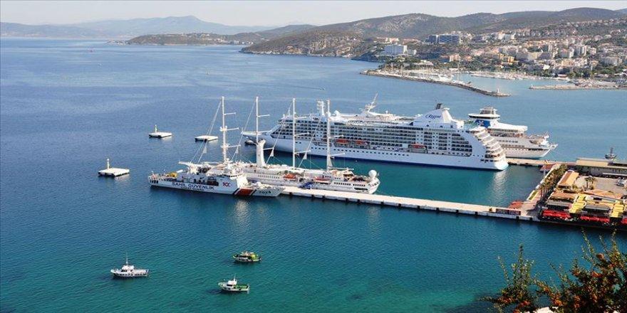 Kuşadası Limanı'na 3 dev gemi birden yanaştı