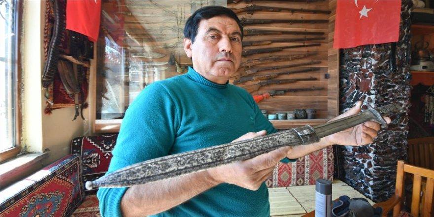 Biriktirdiği antikalarla iş yerini 'kültür evi'ne dönüştürdü