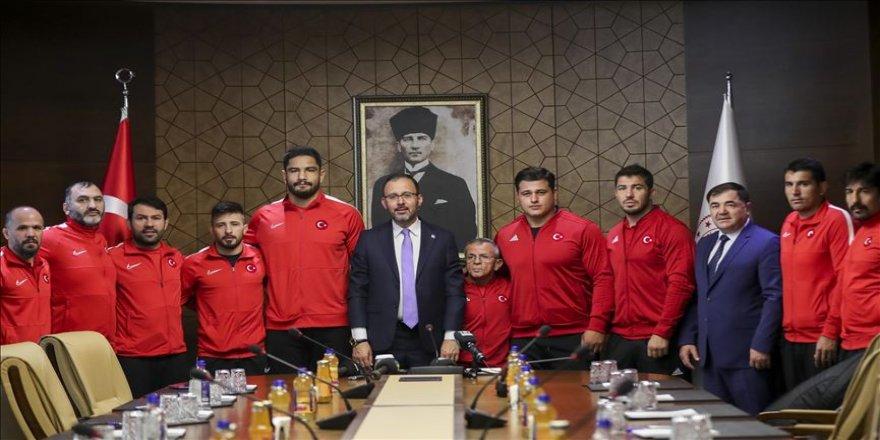 Bakan Kasapoğlu, milli güreşçileri kabul etti