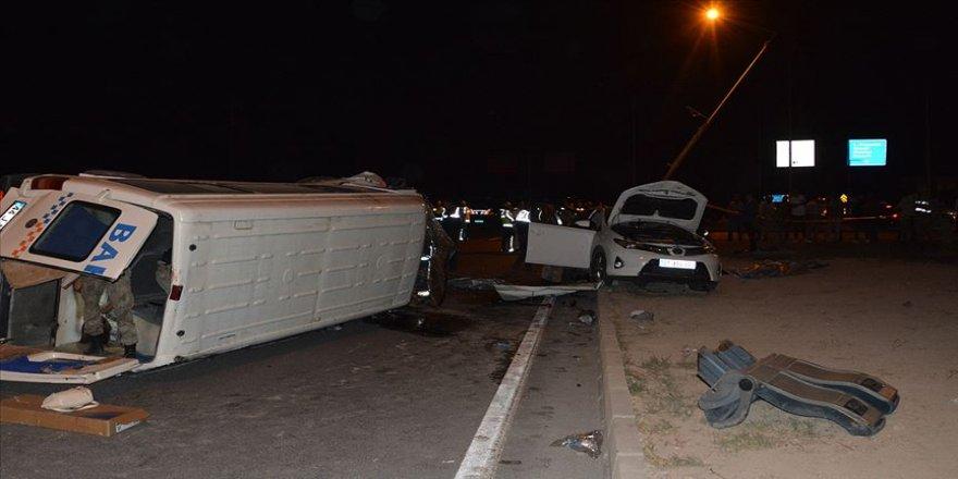 Malatya'da minibüsle otomobil çarpıştı: 2 ölü, 16 yaralı